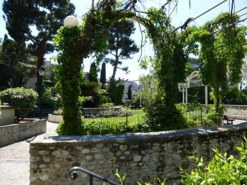 cagnes-leafy-walkway